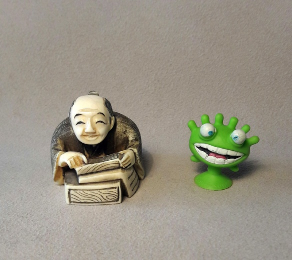 Abb.: Traditionelles japan. katabori-netsuke 形彫根付 und modernes Stikeez (Plastikfigur mit verlängertem Saugnapffuß).